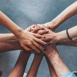 Menschen die sich an den Händen halten