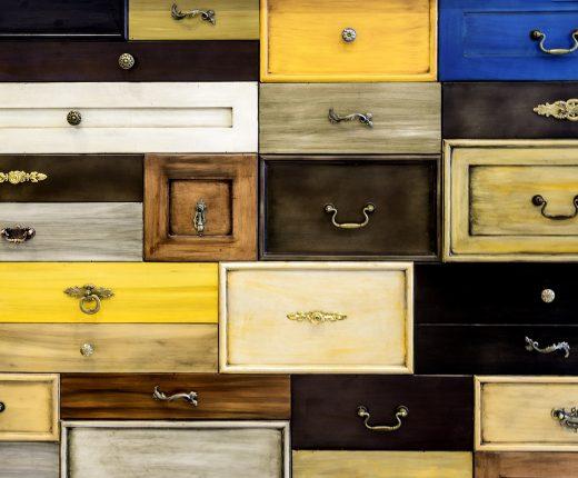 Schubladen unterschiedlicher Form, Farbe und Gestaltung sind dich nebeneinander.