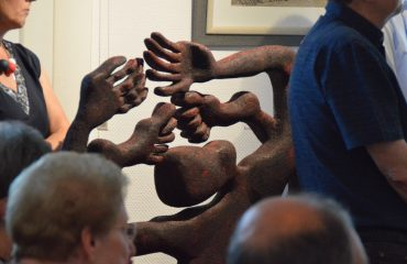 Teilausschnitte von Besuchenden und eine Kimoto Skulptur