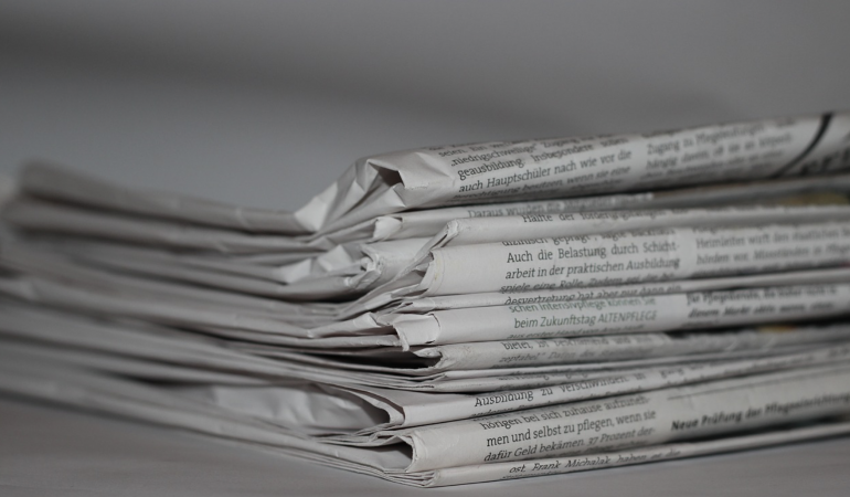 Ein Stapel Tageszeitungen liegt übereinander.