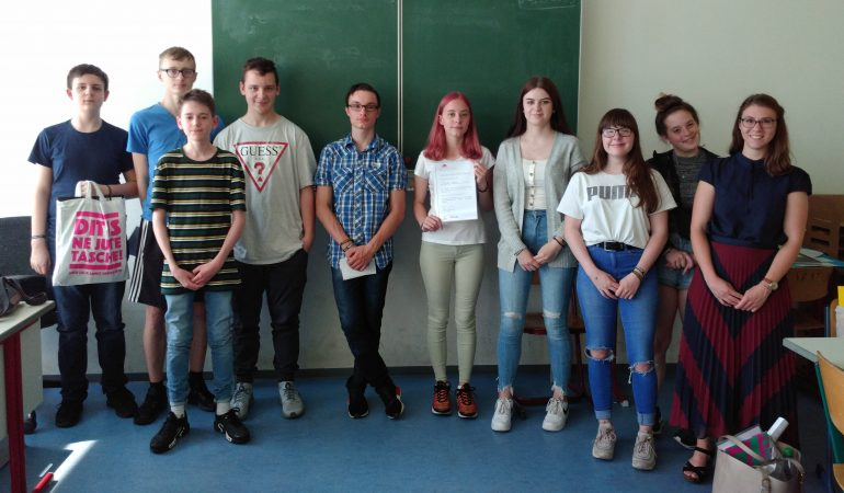 Eine Gruppe Jugendlicher in einem Klassenraum