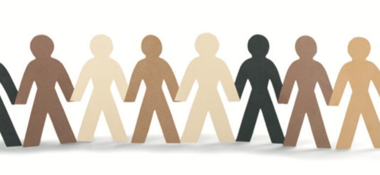 Menschensilhouetten verschiedener Hautfarben halten sich an den Händen