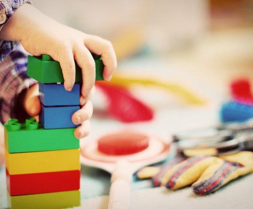 Bauklötze aufeinander gestapelt in verschiedenen Farben