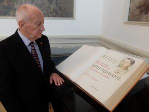 Schwartz trug sich 2015 ins Goldene Buch des Landkreises Neunkirchen