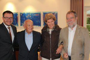 Sören Meng und Reinhold Strobel (stv. Vorsitzender des ABZ) mit Familie Schwartz,