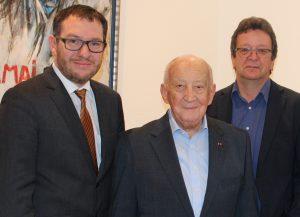 Leslie mit Landrat Sören Meng (links) und Willi Portz