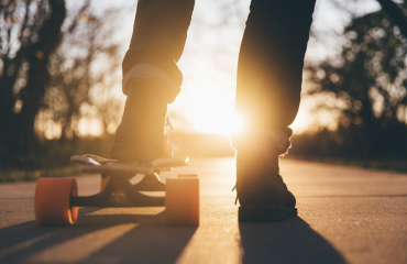 Skateboardbrett gegen den Sonnenuntergang fotografiert
