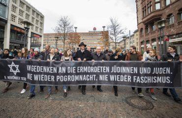 In Gedenken an die ermordeten Jüdinnen und Juden. Nie wieder Pogromnacht. Nie wieder Faschismus. Steht auf dem Banner welches Demonstrierende vor einem Jahr durch die Saarbrücker Innenstadt getragen haben.
