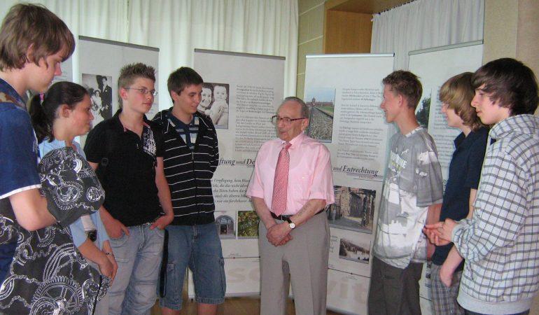 Alex Deutsch im Gespräch mit Jugendlichen bei einem Zeitzeugengespräch